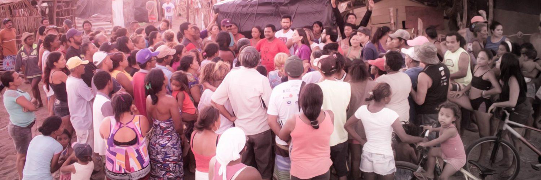 Natália Bonavides em ação na periferia.